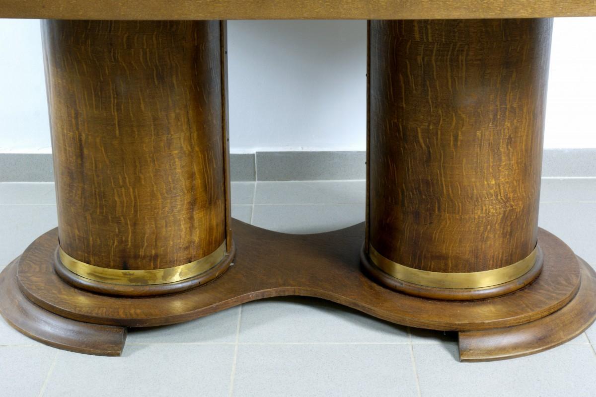 стол с массивными ножками